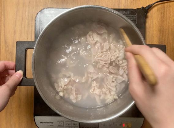 鶏キノコおじや ささみを茹でる