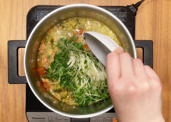 カイワレ大根を鍋に入れる