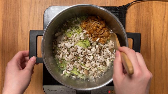 鶏キノコおじや 切った食材を入れるシーン