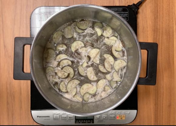 玄米おじや 鮭とナスを煮込んでいるところ