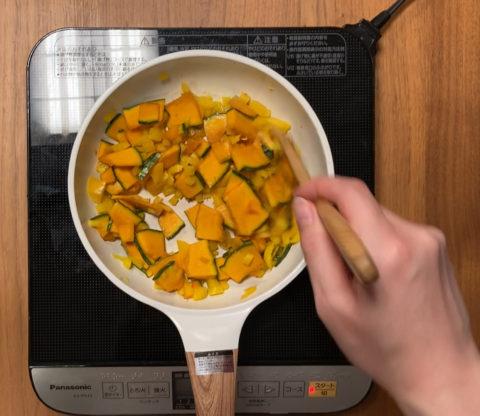 玄米おじや パプリカとかぼちゃを炒めるシーン
