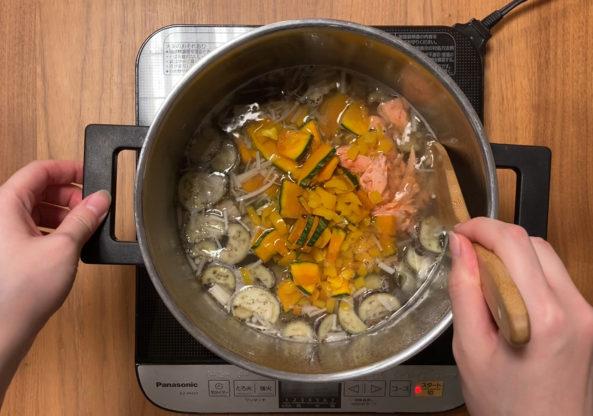 玄米おじや 鮭とパプリカかぼちゃを煮込むシーン