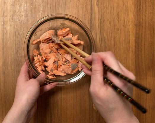 玄米おじや 鮭をほぐすシーン