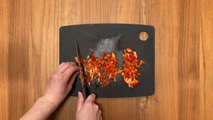 鮭の炒り卵おじや パプリカをカットする