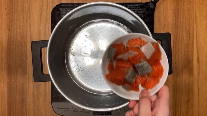 鮭の炒り卵おじや 鮭を煮るシーン