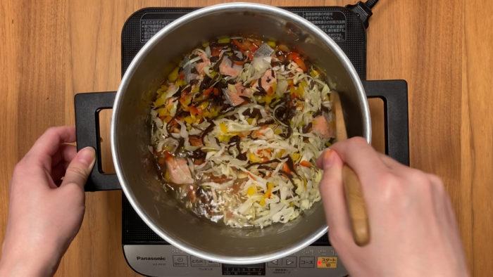 鮭の炒り卵おじや 野菜を煮るシーン