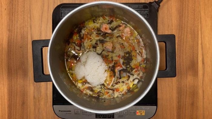 鮭の炒り卵おじや 白米を入れる