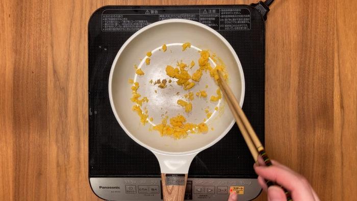 鮭の炒り卵おじや 卵を炒める